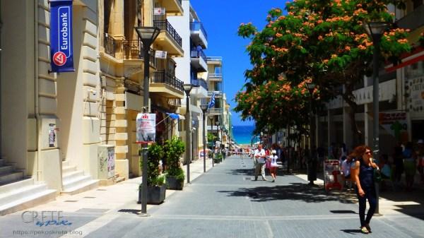 """Die Fussgängerzone """"25isAvgousto"""" führt bis zum venezianischen Kastel im Hafen"""